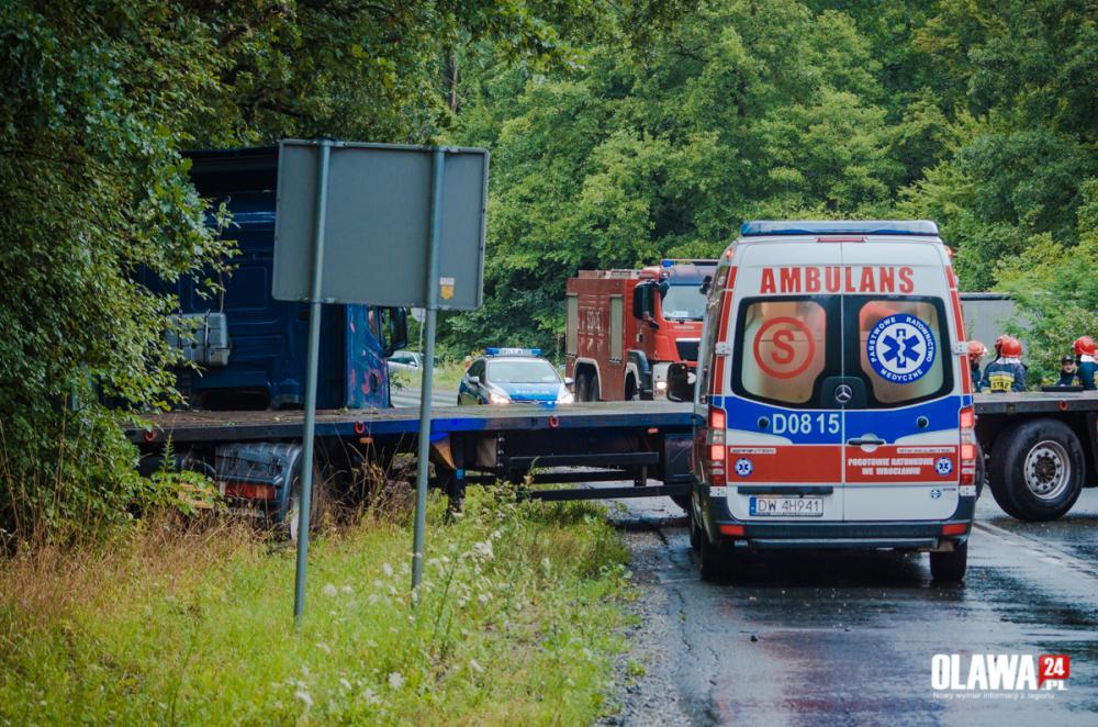 Wypadki drogowe, Groźnie drodze Samochód ciężarowy wpadł poślizg - zdjęcie, fotografia