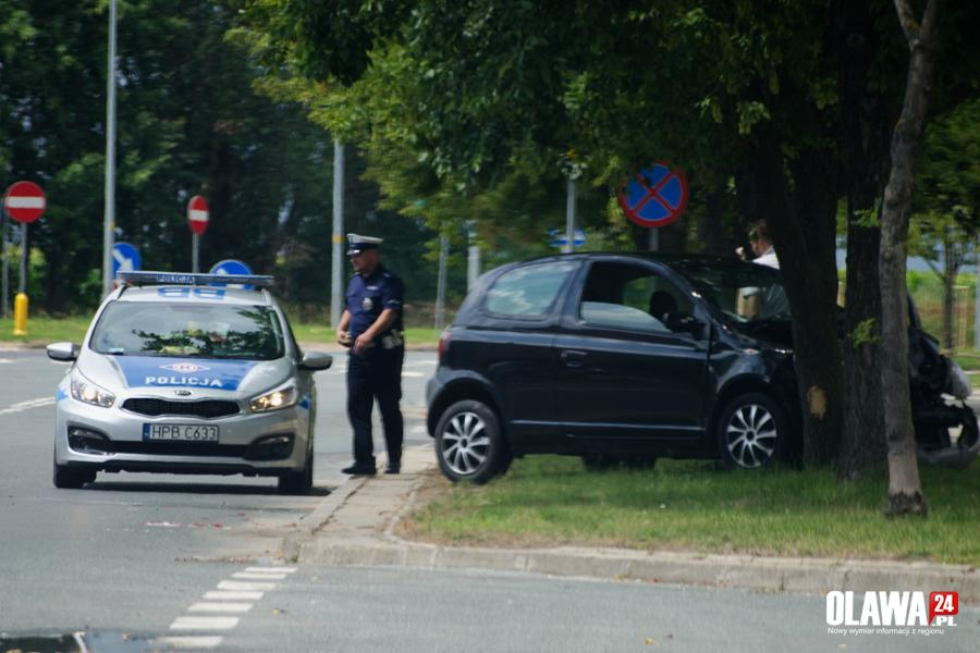 Wypadki drogowe, Toyota uderzyła drzewo - zdjęcie, fotografia
