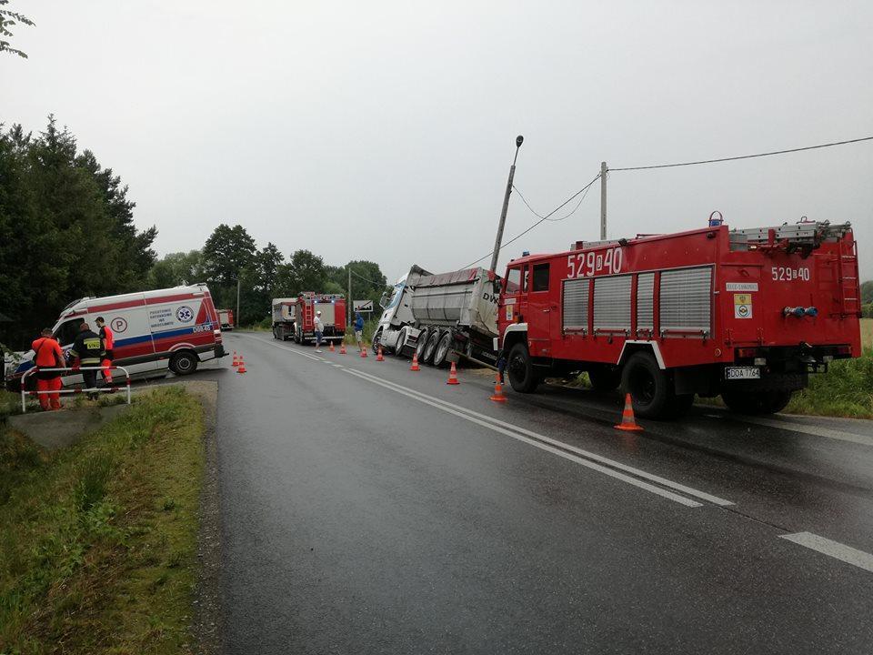 Wypadki drogowe, Kolizja karetki pogotowia samochodem ciężarowym - zdjęcie, fotografia