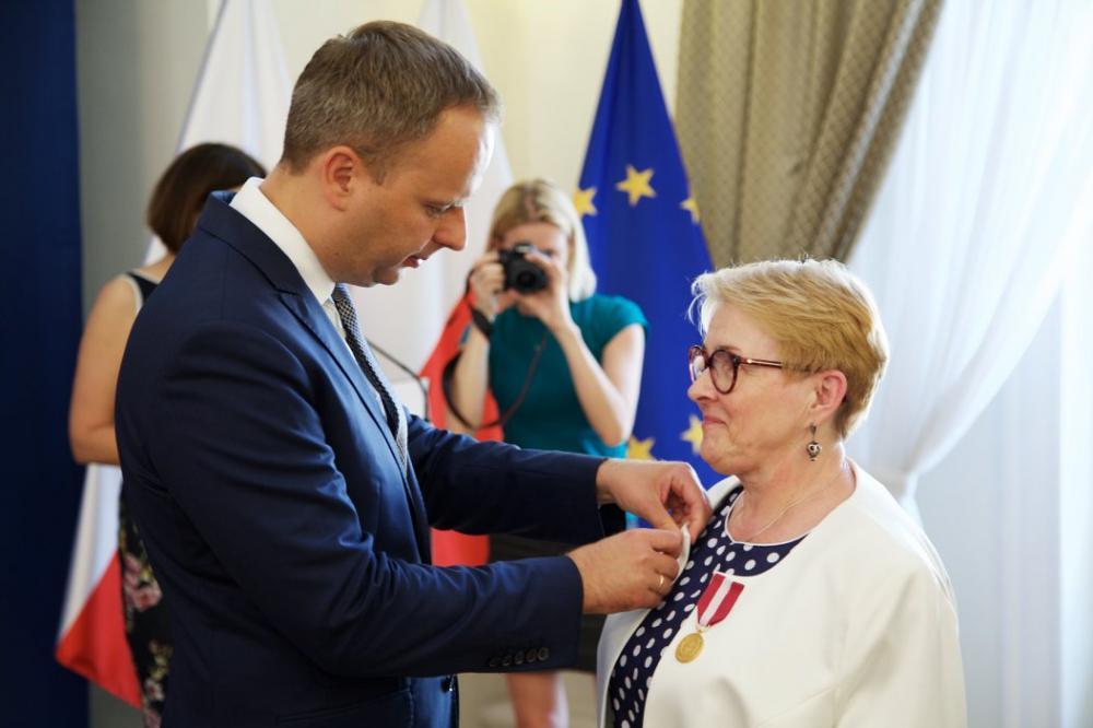 Mieszkańcy, Odznaka długoletnią służbę Janiny Kordys - zdjęcie, fotografia