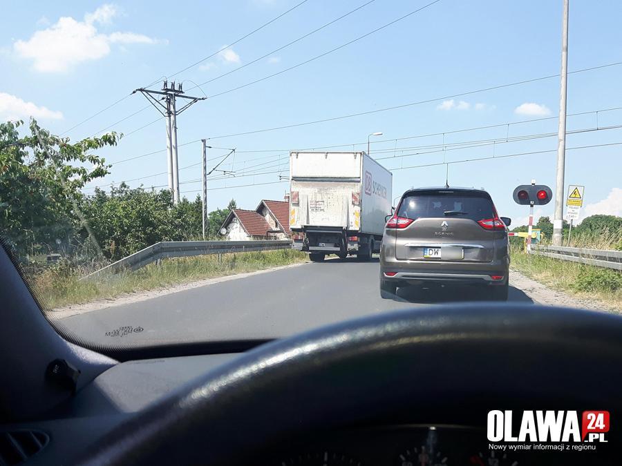 Interwencje, Zamknięte rogatki kierowcy jadą slalomem - zdjęcie, fotografia