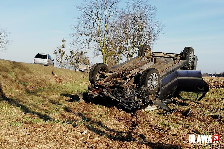 Wypadki drogowe, Niebezpieczne dachowanie osobówki - zdjęcie, fotografia