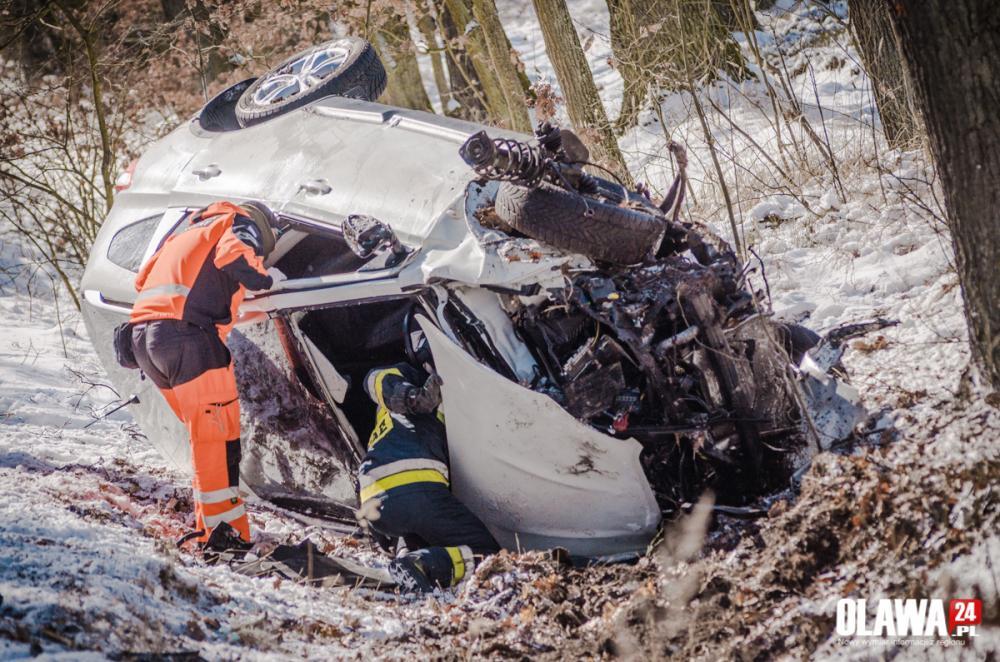 Wypadki drogowe, Wpadł poślizg uderzył drzewo - zdjęcie, fotografia