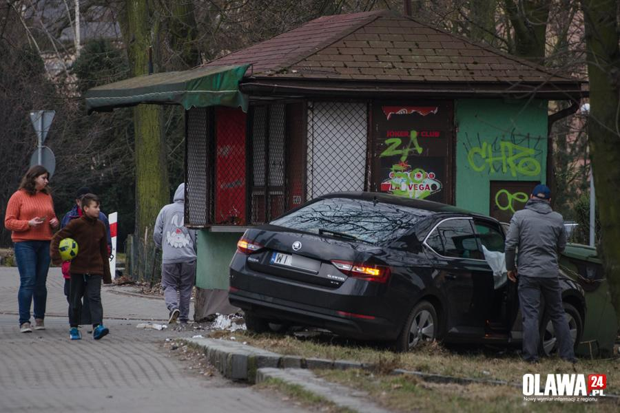 Wypadki drogowe, Skoda wjechała kiosk - zdjęcie, fotografia