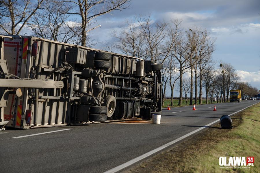 Wypadki drogowe, Silny wiatr przewrócił ciężarówkę Zablokowana droga - zdjęcie, fotografia