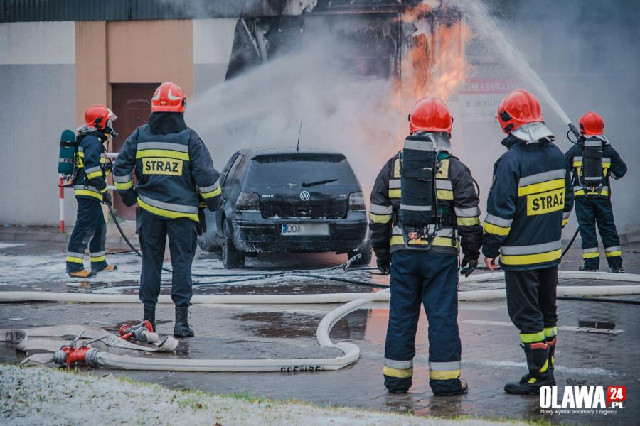 Pożary, Samochód uderzył budynek straż walczy płomieniami - zdjęcie, fotografia