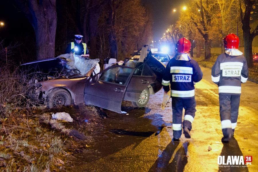 Wypadki drogowe, Mercedes wbił drzewo Kierowca pijany - zdjęcie, fotografia