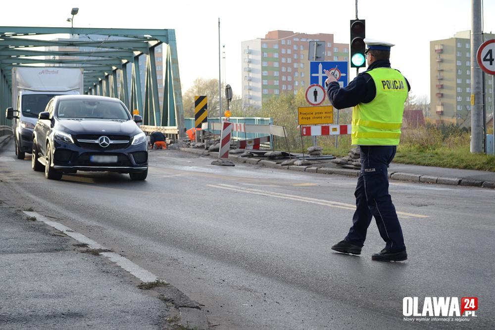 Kronika policyjna, Policja nagrywa kontroluje wystawia mandaty przejazd czerwonym świetle - zdjęcie, fotografia