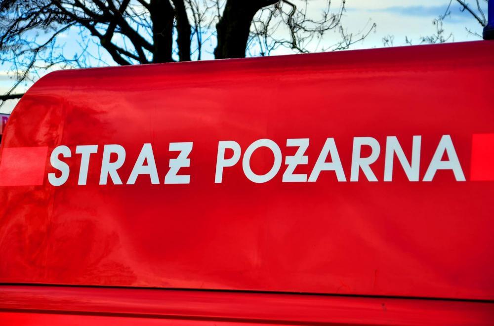 Kronika policyjna, Straż pożarna jedzie akcję czeka przejazd czerwonym świetle - zdjęcie, fotografia