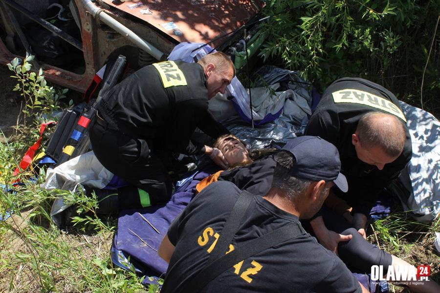 Akcje, przygniotło młodą dziewczynę Strażacy akcji - zdjęcie, fotografia