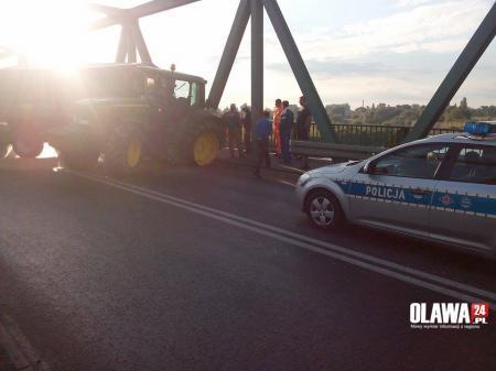 Wypadki drogowe, Wypadek moście Odrą Traktor uszkodził przęsła - zdjęcie, fotografia