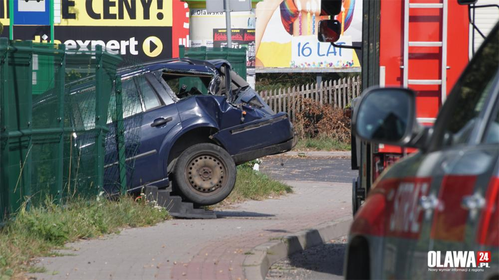 Wypadki drogowe, Wojskowy JELCZ uderzył osobówkę - zdjęcie, fotografia