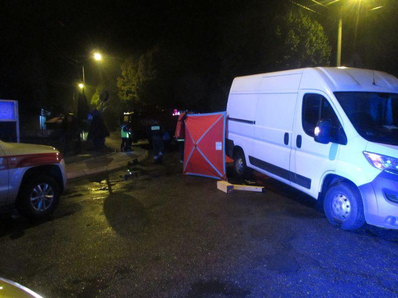 Wypadki drogowe, Samochód przejechał leżącym jezdni mężczyźnie - zdjęcie, fotografia