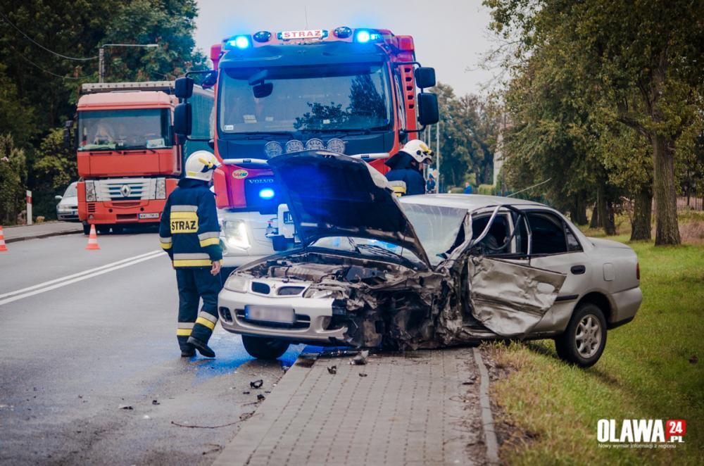 Wypadki drogowe, rozbite pojazdy ciężarówka rowie - zdjęcie, fotografia