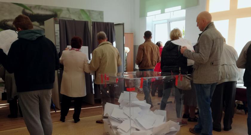 Wybory samorządowe, Ostatnie minuty głosowania Frekwencja bardzo niska - zdjęcie, fotografia