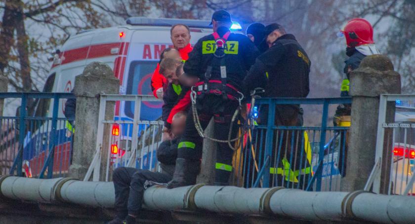 Kronika policyjna, Usiadł krawędzi mostu Chciał popełnić samobójstwo - zdjęcie, fotografia
