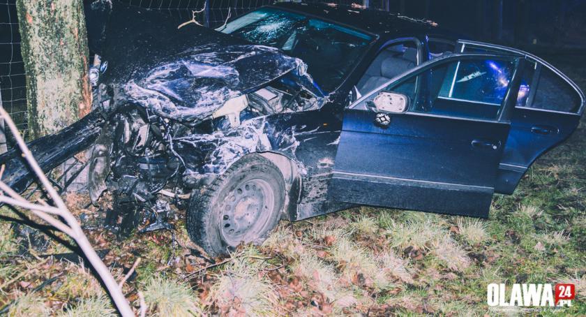 Wypadki drogowe, Najechał osobówki potem uderzył drzewo - zdjęcie, fotografia