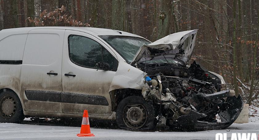 Wypadki drogowe, Wpadła poślizg uderzyła czołowo - zdjęcie, fotografia