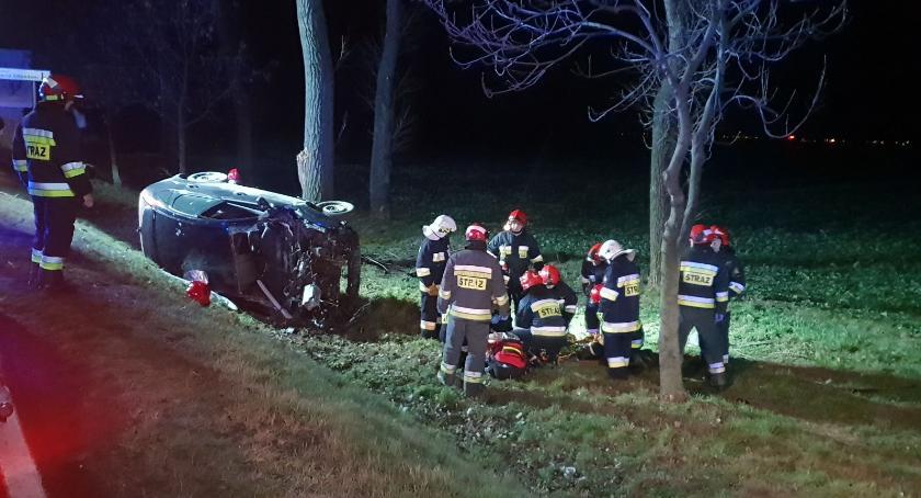 Wypadki drogowe, osoby poszkodowane Osobówka dachowała - zdjęcie, fotografia