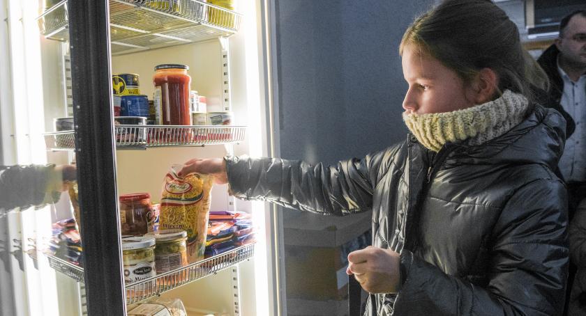 Mieszkańcy, Pierwsza Oławie społeczna lodówka działa! - zdjęcie, fotografia