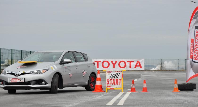 Artykuły sponsorowane, Toyota Akademia Bezpiecznej Jazdy poprowadzą bezpłatne szkolenia ekojazdy Jelczu Laskowicach - zdjęcie, fotografia
