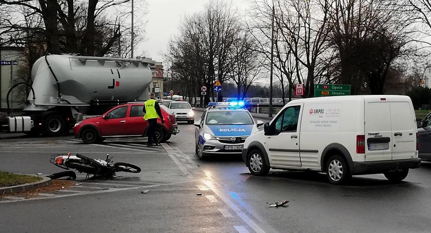 Wypadki drogowe, ustąpił uderzył motocyklistę - zdjęcie, fotografia