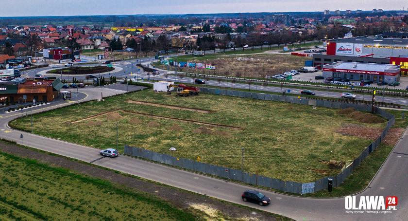 Inwestycje, Ruszyła budowa nowego marketu Oławie - zdjęcie, fotografia