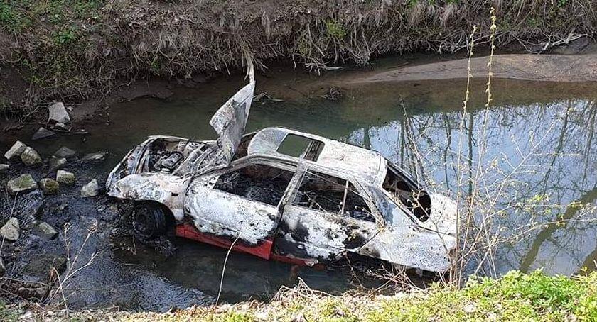Kronika policyjna, Spalony samochód rzece - zdjęcie, fotografia