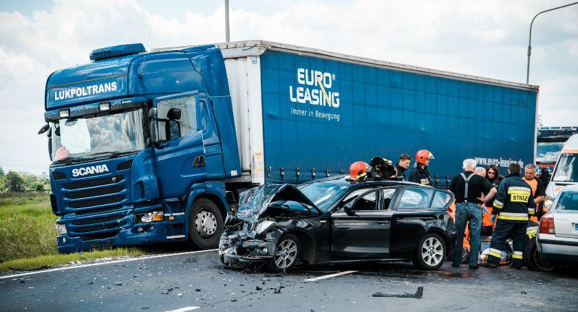 Wypadki drogowe, Poważny wypadek Opolskiej droga zablokowana - zdjęcie, fotografia