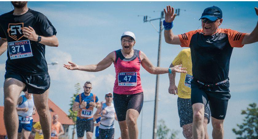 Bieganie, TOYOTY Zawodnicy nowej trasie Jelczu Laskowicach [GALERIA] - zdjęcie, fotografia