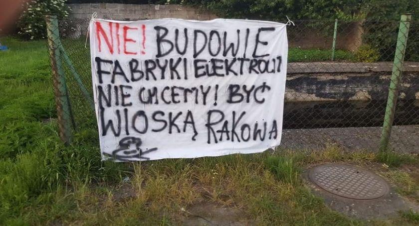 Mieszkańcy, chcemy wioską rakową! akcie protestu rozwieszają hasła płotach - zdjęcie, fotografia