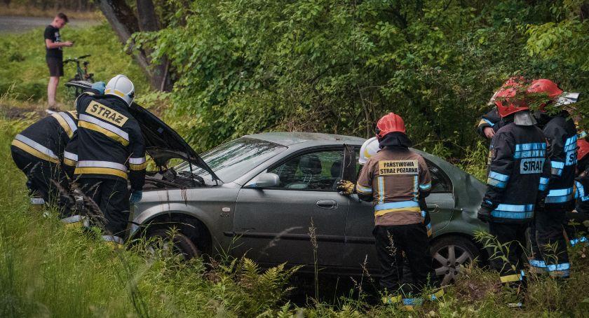 Wypadki drogowe, Osobówka dachowała lesie - zdjęcie, fotografia