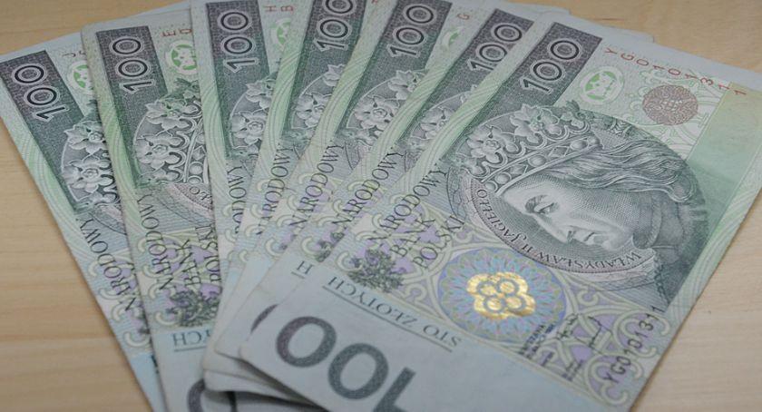 Kronika policyjna, Znalazła pieniądze oddała policji - zdjęcie, fotografia