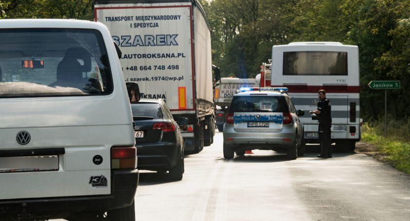 Wypadki drogowe, Autobus najechał osobówki - zdjęcie, fotografia