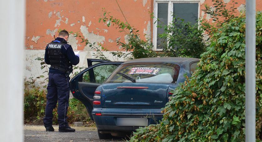 Kronika policyjna, Zmarł bezdomny mieszkający samochodzie - zdjęcie, fotografia