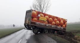 Utrudnienia na drodze. Ciężarówka w rowie