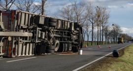 Silny wiatr przewrócił ciężarówkę. Zablokowana droga