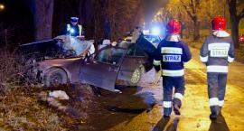 Mercedes wbił się w drzewo. Kierowca pijany