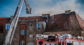 W bloku na Opolskiej wybuchł pożar. Ruch wahadłowy na wiadukcie