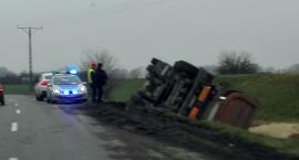 Ciężarówka przewróciła się do rowu