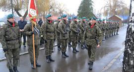 Z żołnierskimi honorami dla