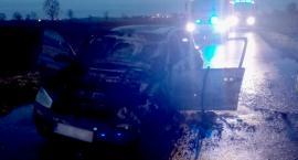 Auto spłonęło na środku drogi