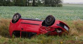 Fiat wpadł do rowu, trzy osoby w szpitalu