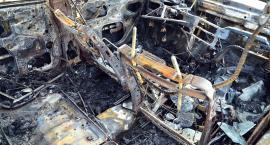 Samochód spłonął w polu. Jedna osoba nie żyje