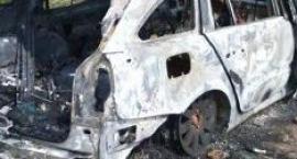 Auto spłonęło doszczętnie, wcześniej pożar piwnicy