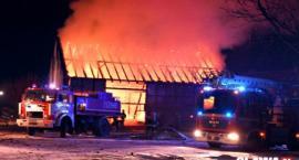 Spłonęła stodoła w Bystrzycy. 31 strażaków walczyło z pożarem [VIDEO]