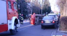 Kolizja na Lwowskiej - samochód przewrócił się na bok