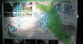 Graffiti w parku miejskim. Wandale w akcji