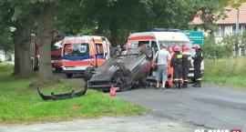 Dachował w Piekarach. Dwie osoby ranne i zablokowana droga [VIDEO]