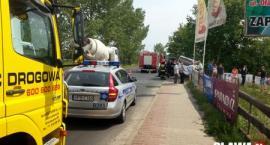 Wypadek w Jelczu-Laskowicach. Honda najechała na tył busa
